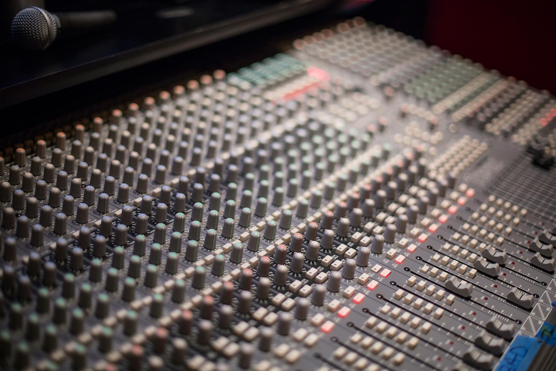 soundtracs-mixing-board-1920